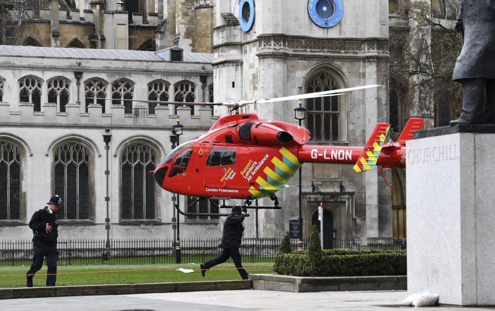 Un helicóptero sanitario llega a la Plaza del Parlamento tras el tiroteo en Londres.