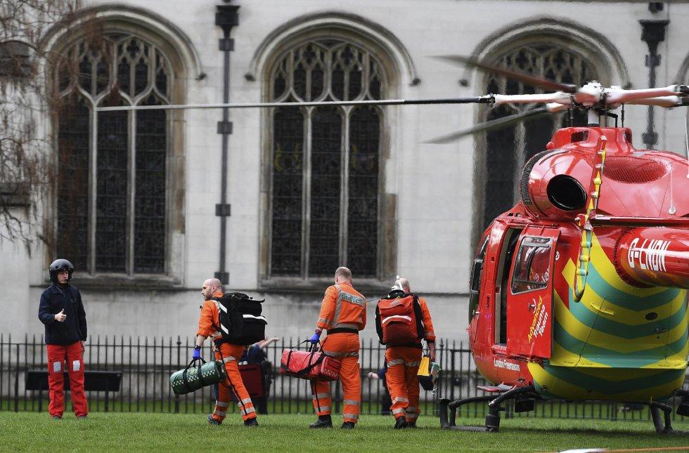 """Un policía ha sido apuñalado ante el Parlamento y el atacante """"ha sido disparado"""" por las fuerzas del orden."""
