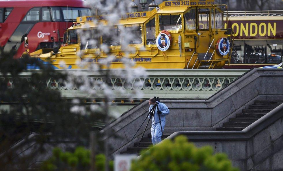 Un investigador forense trabaja en la escena del ataque en Londres.