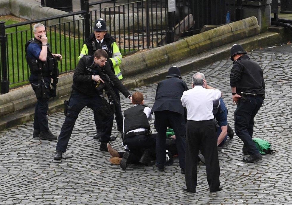 Un agente de policía apunta con su arma al supuesto atacante.