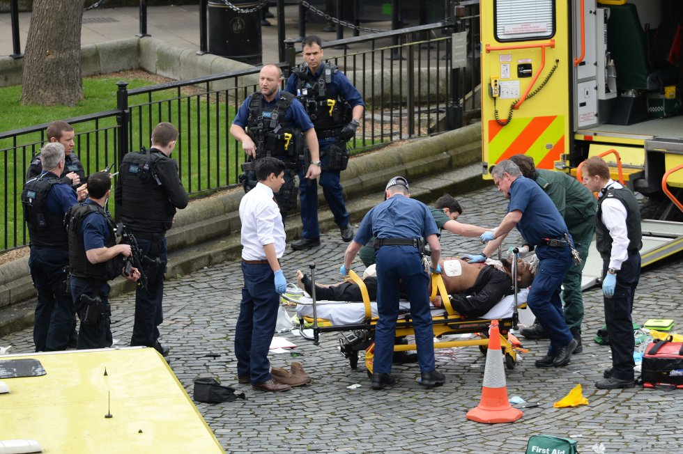 El supuesto atacante es atendido por los servicios de emergencia.