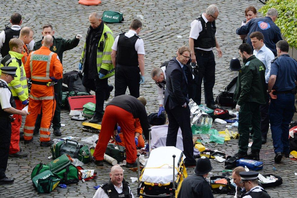 Tobias Ellwood (en el centro de la foto), con la cara manchada de sangre tras hacer el boca a boca al policía herido, que finalmente falleció.
