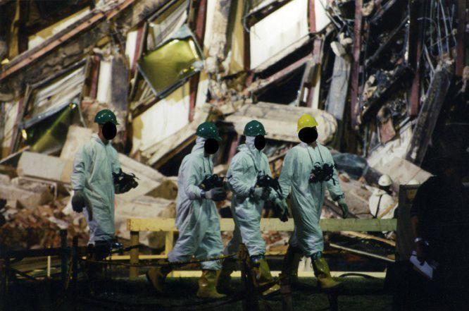 AR015 ARLINGTON (ESTADOS UNIDOS) 31/03/2017.- Expertos del FBI recaban evidencias después de que el vuelo 77 de American Airlines impactase contra las instalaciones del Pentágono tras ser secuestrado por cinco terroristas saudíes, poco tiempo después de partir el 11 de septiembre de 2001 del Aeropuerto Internacional de Dulles (Washington) con destino a Los Ángeles, causando la muerte a 125 personas dentro del edificio y a las 64 que iban a bordo. El FBI ha distribuido hoy, 31 de marzo de 2017, una veintena de nuevas imágenes de la tragedia en el Pentágono.