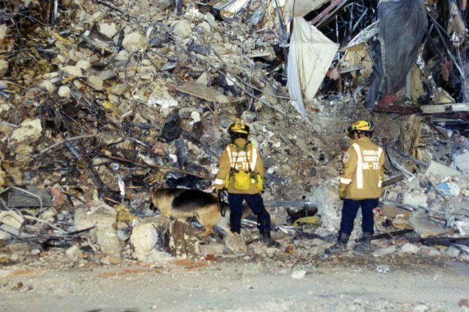 AR014 ARLINGTON (ESTADOS UNIDOS) 31/03/2017.- Expertos del FBI recaban evidencias en después de que el vuelo 77 de American Airlines impactase contra las instalaciones del Pentágono tras ser secuestrado por cinco terroristas saudíes, poco tiempo después de partir el 11 de septiembre de 2001 del Aeropuerto Internacional de Dulles (Washington) con destino a Los Ángeles, causando la muerte a 125 personas dentro del edificio y a las 64 que iban a bordo. El FBI ha distribuido hoy, 31 de marzo de 2017, una veintena de nuevas imágenes de la tragedia en el Pentágono.
