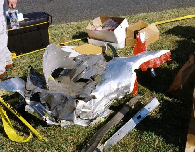 AR09 ARLINGTON (ESTADOS UNIDOS) 31/03/2017.- Restos del fuselaje del vuelo 77 de American Airlines que impactó contra las instalaciones del Pentágono después de ser secuestrado por cinco terroristas saudíes poco tiempo tras partir el 11 de septiembre de 2001 del Aeropuerto Internacional de Dulles, en Washington, con destino a Los Ángeles, causando la muerte a 125 personas dentro del edificio y a las 64 que iban a bordo. El FBI ha distribuido hoy, 31 de marzo de 2017, una veintena de nuevas imágenes de la tragedia en el Pentágono.