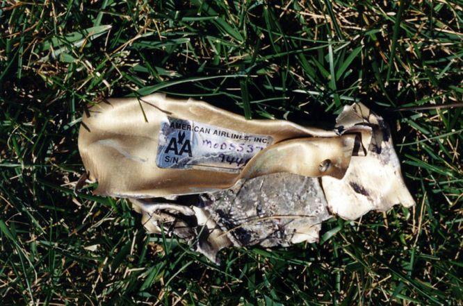 AR010 ARLINGTON (ESTADOS UNIDOS) 31/03/2017.- Restos del vuelo 77 de American Airlines que impactó contra las instalaciones del Pentágono después de ser secuestrado por cinco terroristas saudíes poco tiempo tras partir el 11 de septiembre de 2001 del Aeropuerto Internacional de Dulles, en Washington, con destino a Los Ángeles, causando la muerte a 125 personas dentro del edificio y a las 64 que iban a bordo. El FBI ha distribuido hoy, 31 de marzo de 2017, una veintena de nuevas imágenes de la tragedia en el Pentágono.