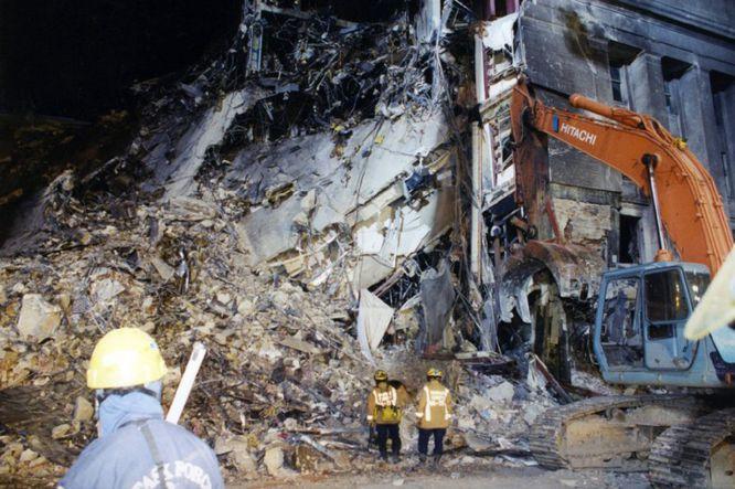 AR08 ARLINGTON (ESTADOS UNIDOS) 31/03/2017.- Una máquina retira los escombros en el lugar exacto donde impactó el vuelo 77 de American Airlines contra las instalaciones del Pentágono tras ser secuestrado por cinco terroristas saudíes poco tiempo después de partir el 11 de septiembre de 2001 del Aeropuerto Internacional de Dulles, en Washington, con destino a Los Ángeles, causando la muerte a 125 personas dentro del edificio y a las 64 que iban a bordo. El FBI ha distribuido hoy, 31 de marzo de 2017, una veintena de nuevas imágenes de la tragedia en el Pentágono.