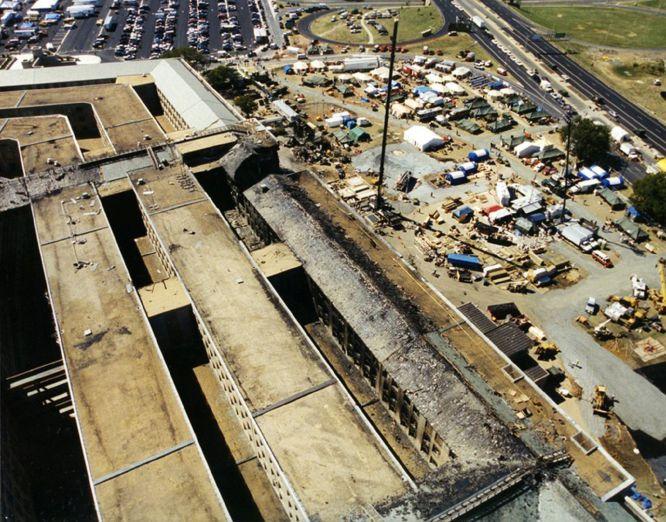AR08 ARLINGTON (ESTADOS UNIDOS) 31/03/2017.- Vista aérea de los daños materiales del Pentágono después de que el vuelo 77 de American Airlines impactase contra el Pentágono tras ser secuestrado por cinco terroristas saudíes el 11 de septiembre de 2001, poco tiempo después de partir del Aeropuerto Internacional de Dulles, en Washington, con destino a Los Ángeles, causando la muerte a 125 personas dentro del edificio y a las 64 que iban a bordo. El FBI ha distribuido hoy, 31 de marzo de 2017, una veintena de nuevas imágenes de la tragedia en el Pentágono.