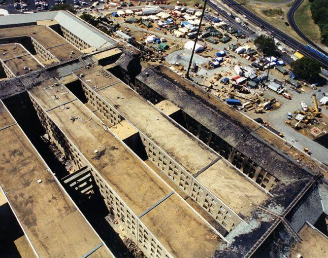 AR07 ARLINGTON (ESTADOS UNIDOS) 31/03/2017.- Vista aérea de los daños materiales del Pentágono después de que el vuelo 77 de American Airlines impactase contra el Pentágono tras ser secuestrado por cinco terroristas saudíes el 11 de septiembre de 2001, poco tiempo después de partir del Aeropuerto Internacional de Dulles, en Washington, con destino a Los Ángeles, causando la muerte a 125 personas dentro del edificio y a las 64 que iban a bordo. El FBI ha distribuido hoy, 31 de marzo de 2017, una veintena de nuevas imágenes de la tragedia en el Pentágono.