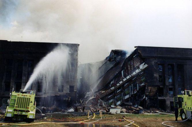 AR06 ARLINGTON (ESTADOS UNIDOS) 31/03/2017.- Los bomberos tratan de extinguir el fuego originado después de que el vuelo 77 de American Airlines impactase contra las instalaciones del Pentágono tras ser secuestrado por cinco terroristas saudíes poco tiempo después de partir del Aeropuerto Internacional de Dulles, en Washington, con destino a Los Ángeles, causando la muerte a 125 personas dentro del edificio y a las 64 que iban a bordo, el 11 de septiembre de 2001. El FBI ha distribuido hoy, 31 de marzo de 2017, una veintena de nuevas imágenes de la tragedia en el Pentágono.