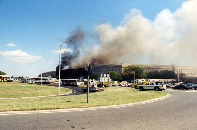 AR05 ARLINGTON (ESTADOS UNIDOS) 31/03/2017.- Una columna de humo sale de la fachada del Pentágono contra la que impactó el vuelo 77 de American Airlines tras ser secuestrado por cinco terroristas saudíes poco tiempo después de partir del Aeropuerto Internacional de Dulles, en Washington, con destino a Los Ángeles, causando la muerte a 125 personas dentro del edificio y a las 64 que iban a bordo, el 11 de septiembre de 2001. El FBI ha distribuido hoy, 31 de marzo de 2017, una veintena de nuevas imágenes de la tragedia en el Pentágono.