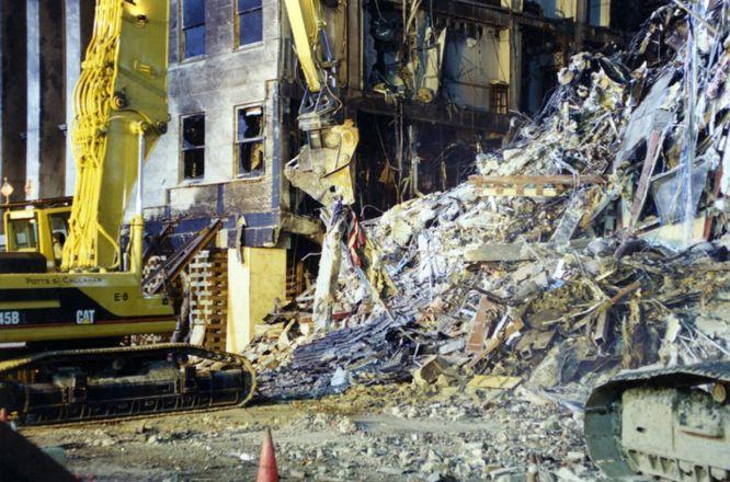 AR03 ARLINGTON (ESTADOS UNIDOS) 31/03/2017.- Una máquina retira los escombros en el lugar exacto donde impactó el vuelo 77 de American Airlines contra las instalaciones del Pentágono tras ser secuestrado por cinco terroristas saudíes poco tiempo después de partir el 11 de septiembre de 2001 del Aeropuerto Internacional de Dulles, en Washington, con destino a Los Ángeles, causando la muerte a 125 personas dentro del edificio y a las 64 que iban a bordo. El FBI ha distribuido hoy, 31 de marzo de 2017, una veintena de nuevas imágenes de la tragedia en el Pentágono.