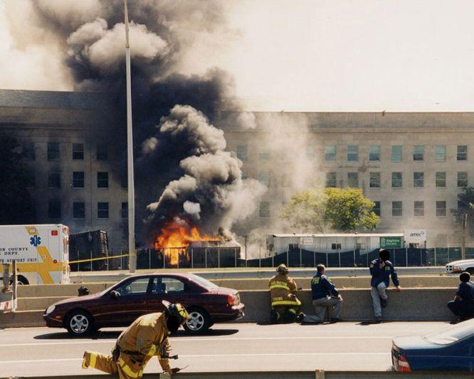 AR02 ARLINGTON (ESTADOS UNIDOS) 31/03/2017.- Una columna de fuego y humo sale de la fachada del Pentágono contra la que impactó el vuelo 77 de American Airlines tras ser secuestrado por cinco terroristas saudíes poco tiempo después de partir del Aeropuerto Internacional de Dulles, en Washington, con destino a Los Ángeles, causando la muerte a 125 personas dentro del edificio y a las 64 que iban a bordo, el 11 de septiembre de 2001. El FBI ha distribuido hoy, 31 de marzo de 2017, una veintena de nuevas imágenes de la tragedia en el Pentágono.