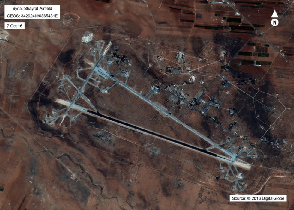 Fotografía cedida por el Departamento de Defensa de los Estados Unidos que muestra una vista aérea del aeropuerto al-Shayrat, cerca de Homs (Siria).