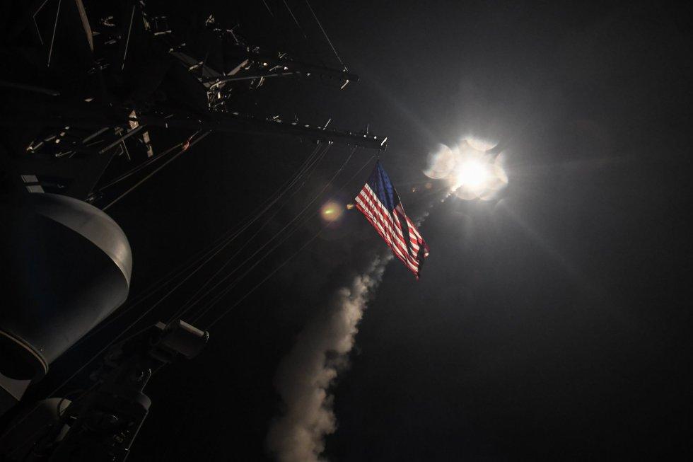 Fotografía cedida por la Oficina de Información de la Marina de los Estados Unidos que muestra la nave destructora de misiles USS Ross al momento de lanzar un ataque con misiles Tomahawk en el Mar Meditarráneo.