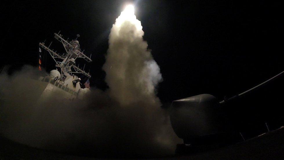 EEUU bombardea una base aérea del ejército sirio en Homs.
