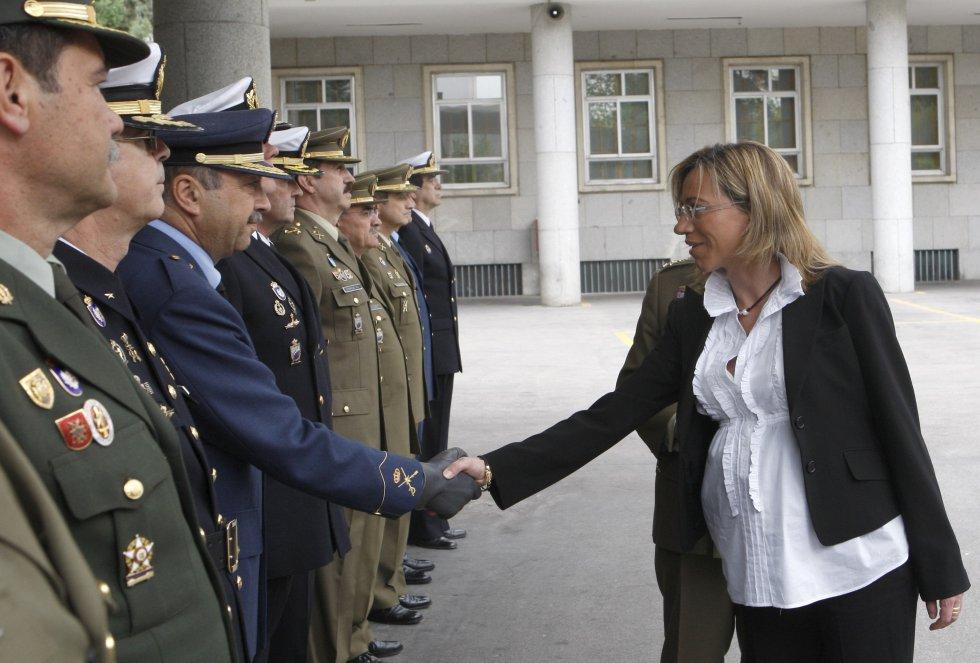 Carme Chacón, por entonces ministra de Defensa, saluda a un mando a su llegada al Cuartel General del Estado Mayor de la Defensa