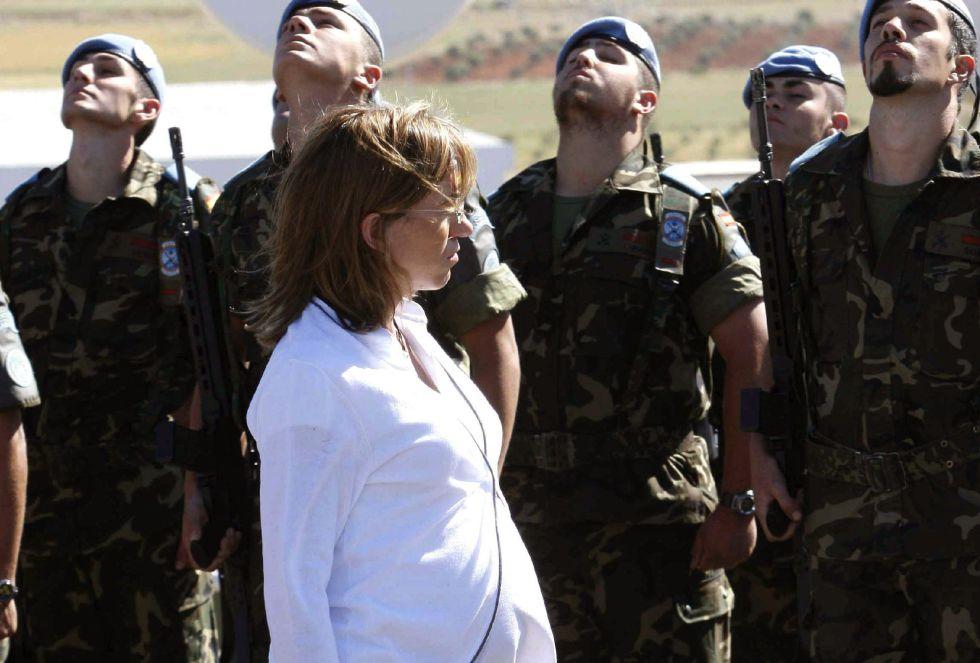 Fotografía de archivo, tomada el 28/04/2008 en la base militar española Miguel de Cervantes de Marjayún (sur del Líbano), de la ex ministra socialista de Defensa Carme Chacón.
