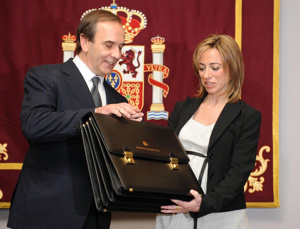 El traspaso de la cartera de Defensa del también ya fallecido José Antonio Alonso a Carme Chacón, el 14 de abril de 2008
