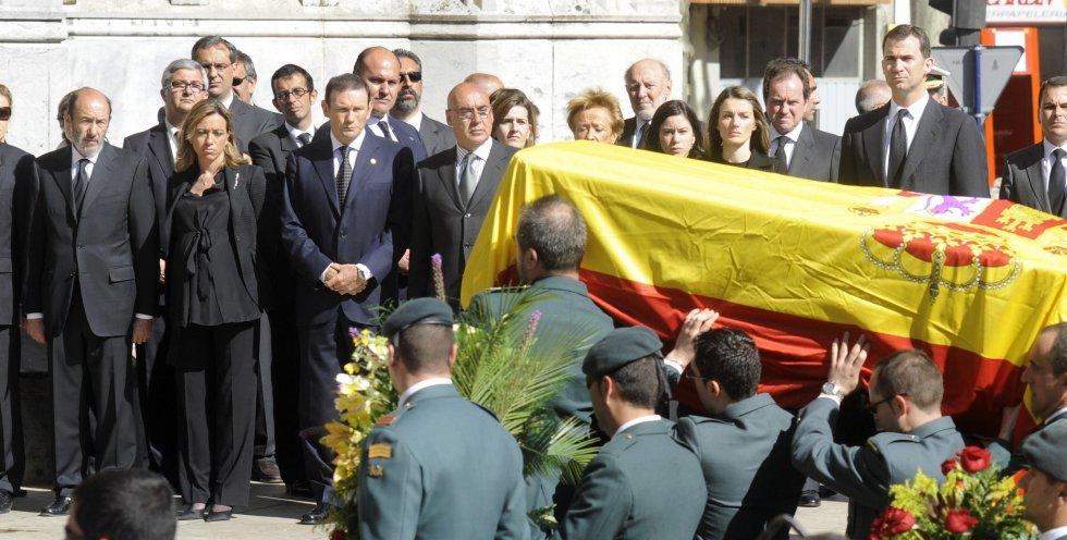 Chacón, junto a Rubalcaba e Ibarretxe, en el funeral de uno de los fallecidos en un atentado de ETA al cuartel de Legutiano, en mayo de 2008