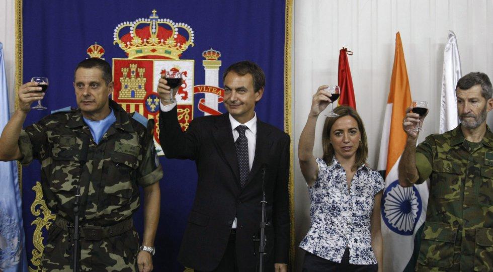 Zapatero y Chacón visitaron a las tropas en el Líbano en octubre de 2009. A la derecha, el  exjefe del Estado Mayor de la Defensa (Jemad) y actual miembro del consejo ciudadano de Podemos, Julio Rodríguez