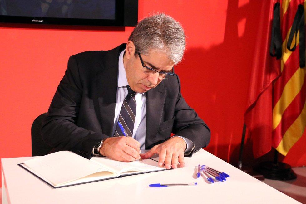Homs firma en el libro de condolencias en la sede del PSC en Barcelona.