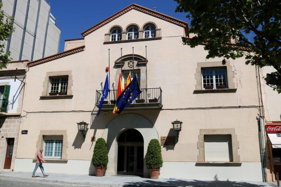 El ayuntamiento de Esplugues de Llobregat, con las banderas a media asta en señal de duelo por la muerte de Carme Chacón.