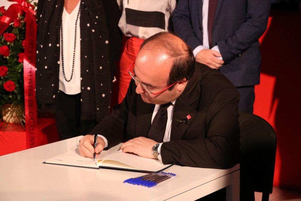 El primer secretario del PSC, Miquel Iceta, escribe en el libro de condolencias.