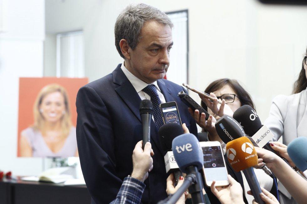 El expresidente del Gobierno José Luís Rodriguez Zapatero, contesta a las preguntas de los periodistas a su llegada a la sede del PSOE