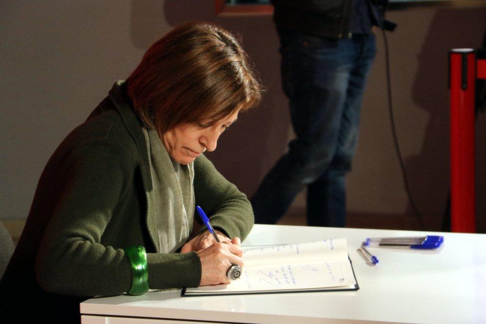 La presidenta del Parlament, Carme Forcadell, firmando en el libro de condolencias del PSC