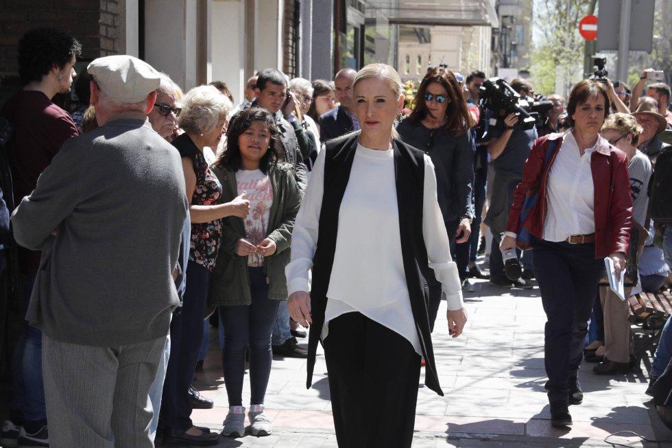 La presidenta de la Comunidad de Madrid, Cristina Cifuentes, a su llegada a la sede del PSOE, en Madrid, donde se ha instalado la capilla ardiente