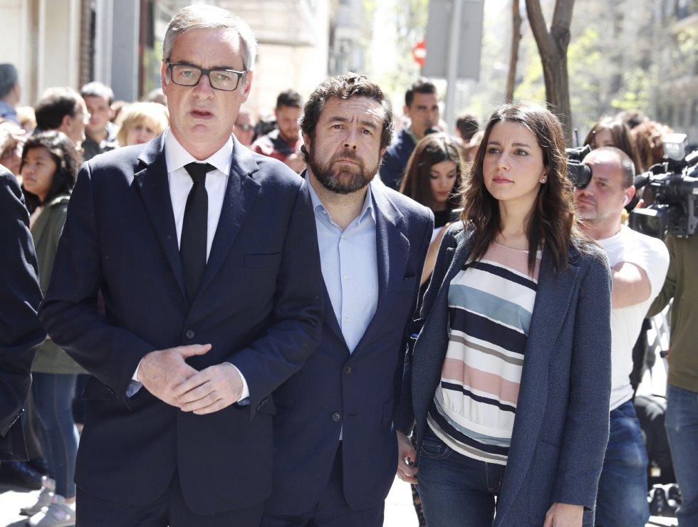 Los dirigentes de Ciudadanos Inés Arrimadas (d), José Manuel Villegas (i) y Miguel Gutiérrez (c), a su llegada a Ferraz