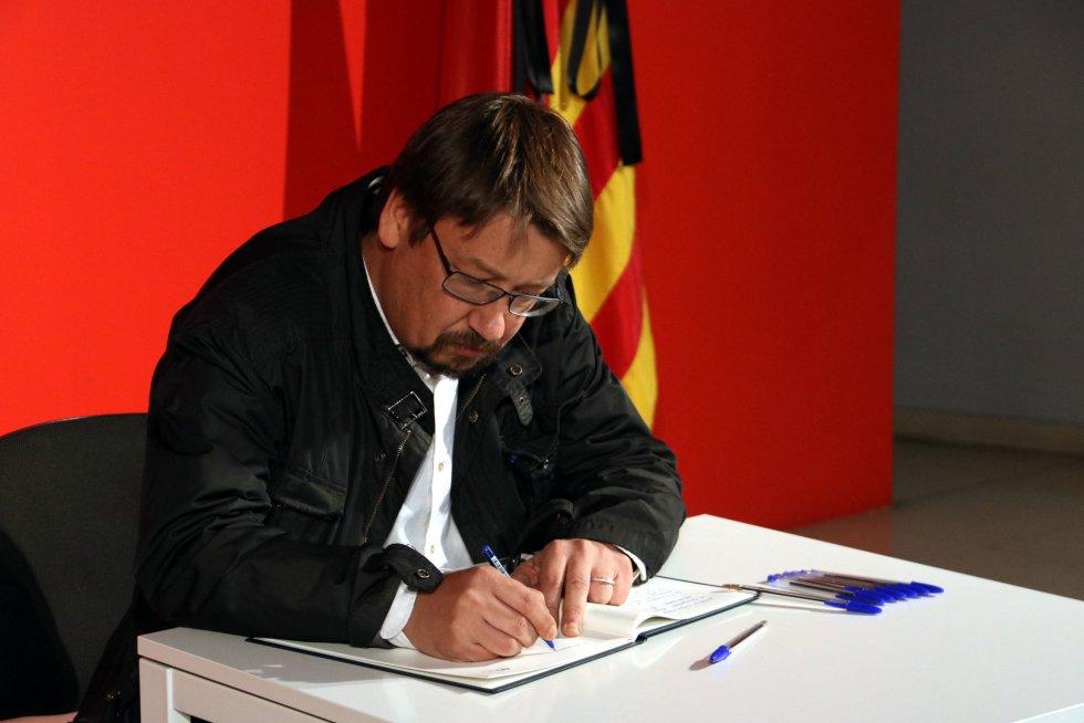 El portavoz de En Comú Podem, Xavier Domènech, firmando en la sede del PSC
