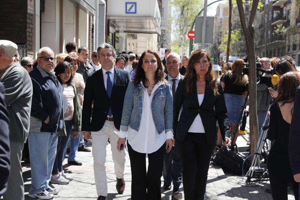 Las dirigentes del Partido Popular Alicia Sánchez Camacho,d., y Andrea Levy,c., a su llegada a la sede del PSOE
