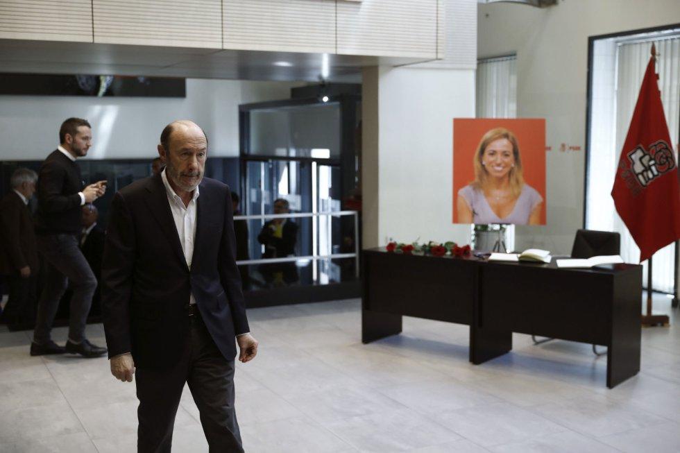 El exsecretario general del PSOE Alfredo Pérez Rubalcaba, despide a su rival en las primarias del 2012