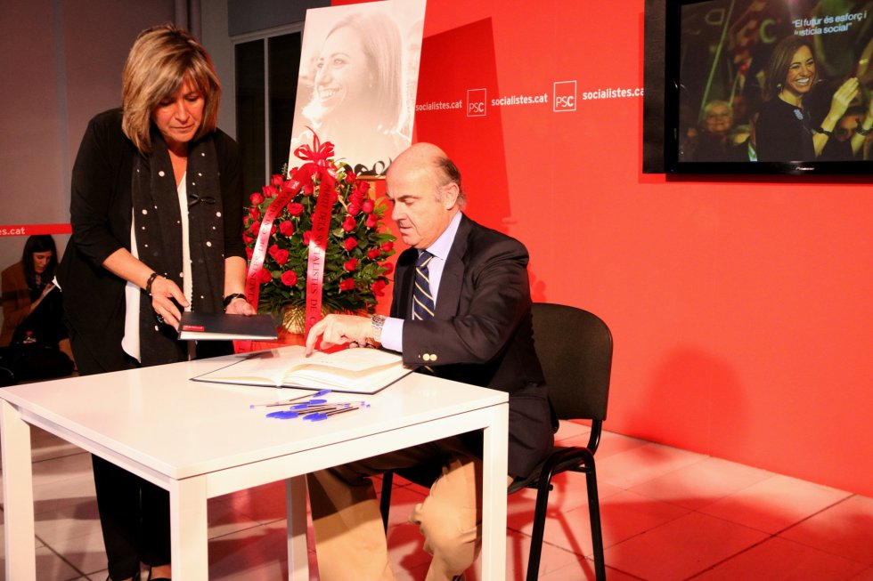 El ministro de Economía, Luís de Guindos, ha pasado por la sede del PSC para firmar en el libro de condolencias