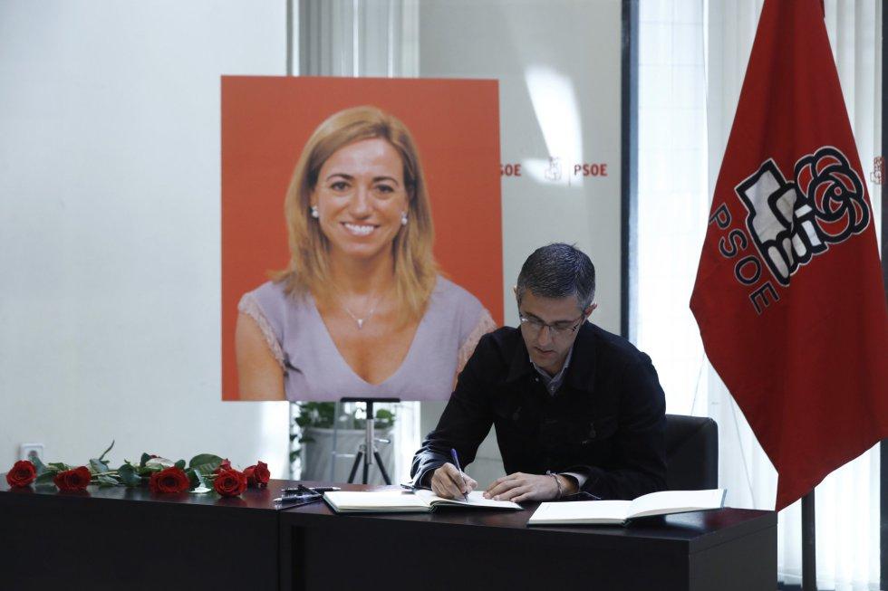 El socialista Eduardo Madina firma en el libro de condoloncias