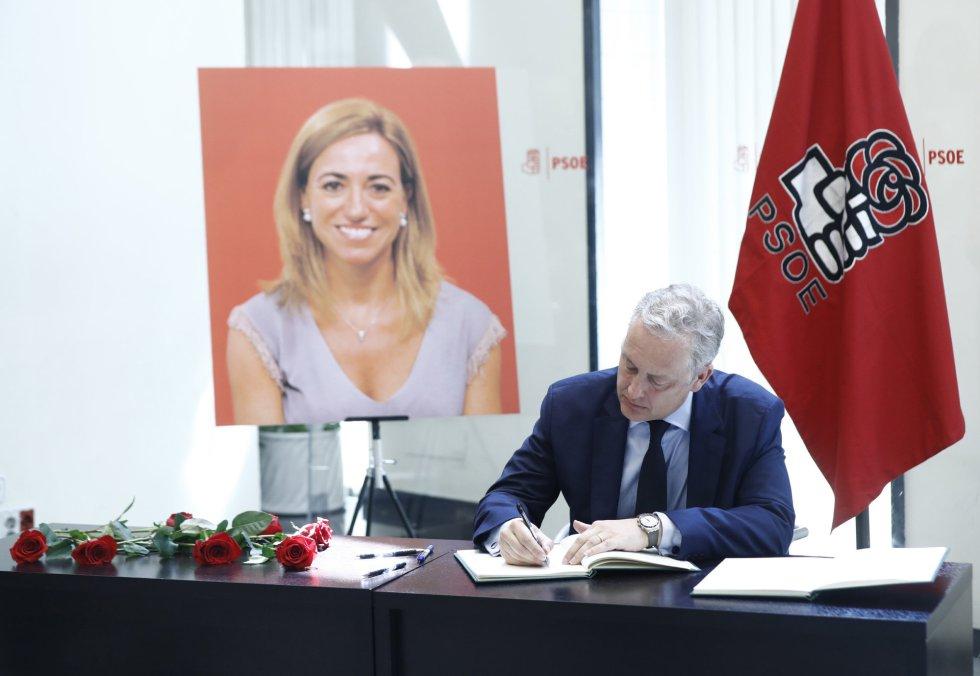 El embajador del Reino Unido en España, Simon Manley, también ha ido a la sede del PSOE, en Madrid