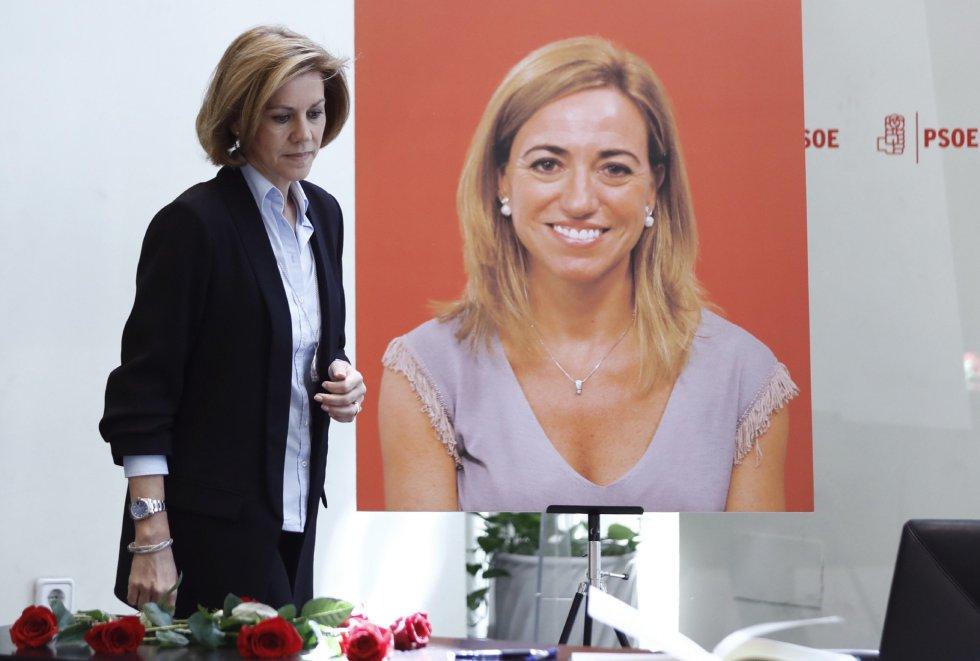 La ministra de Defensa, María Dolores de Cospedal, se dispone a firmar en el libro de condoloncias