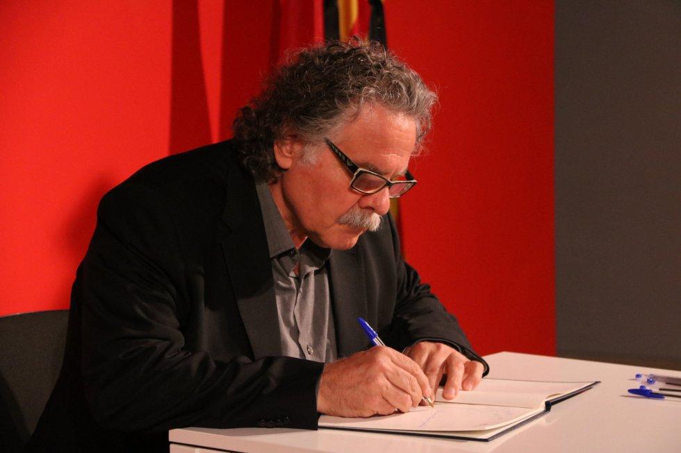 El diputado de ERC Joan Tardà ha firmado en la sede del PSC