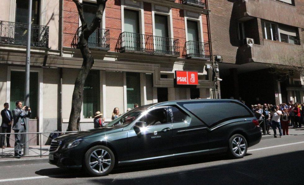 El coche fúnebre de Carme Chacón llega a la sede del PSOE en Ferraz.