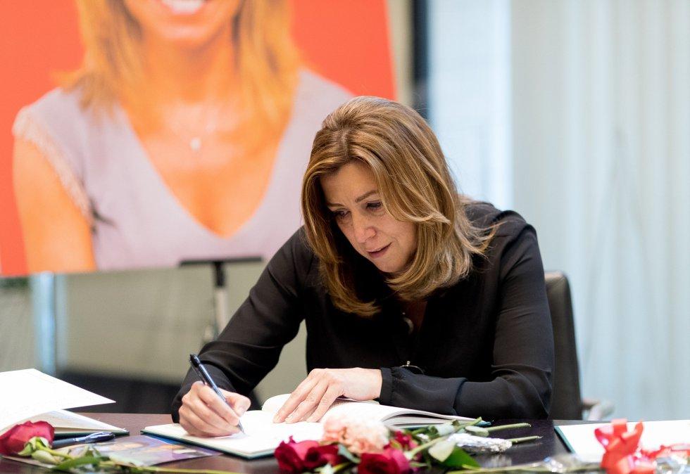Susana Díaz firmando el libro de condolencias de Carme Chacón