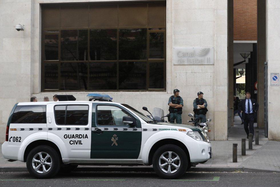 Agentes de la Guardia Civil ante la sede de Canal de Isabel II, en la operación que están llevando a cabo agentes de la Unidad Central Operativa (UCO) del Instituto Armado y que dirige el juez de la Audiencia Nacional Eloy Velasco en la que ya ha sido detenido el expresidente de la Comunidad de Madrid Ignacio González.