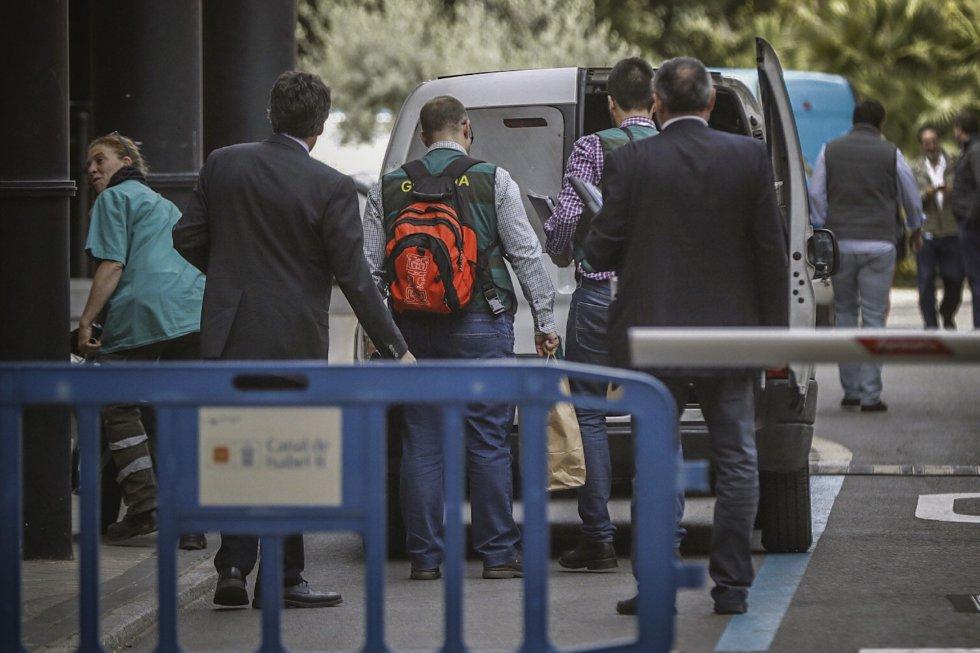 Agentes de la Unidad Central Operativa (UCO) ante la sede de Canal de Isabel II, en la operación que están llevando a cabo el Instituto Armado y que dirige el juez de la Audiencia Nacional Eloy Velasco en la que ya han sido detenidas al menos 12 personas.