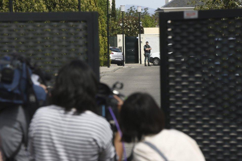 Un gran número de periodistas permanece en las inmediaciones del domicilio del expresidente de la Comunidad de Madrid Ignacio González, en el madrileño barrio de Aravaca. González es uno de los al menos doce detenidos hoy, en la operación de la Guardia Civil por supuesta corrupción en el Canal de Isabel II que dirige el juez Eloy Velasco.