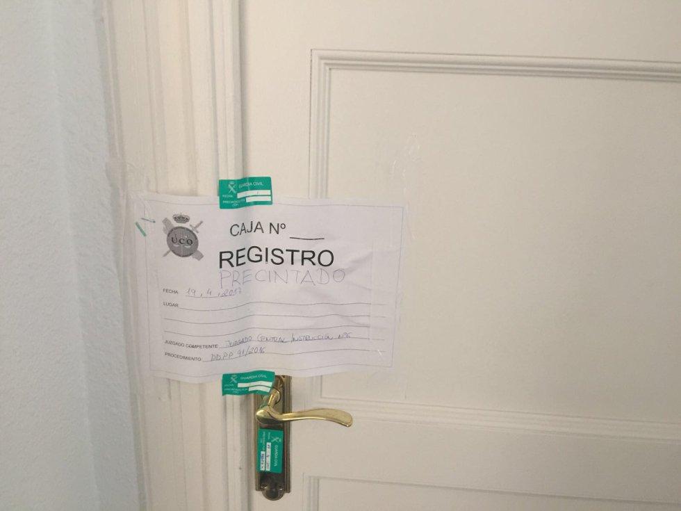 Imagen del precinto de la Guardia Civil en la puerta del despacho de María Fernanda Richmond, exdirectora financiera del Canal.