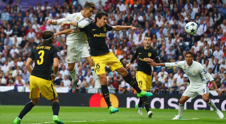 Cristiano se impone a Savic en la jugada que supuso el primer gol del Real  Madrid 62763c991320c
