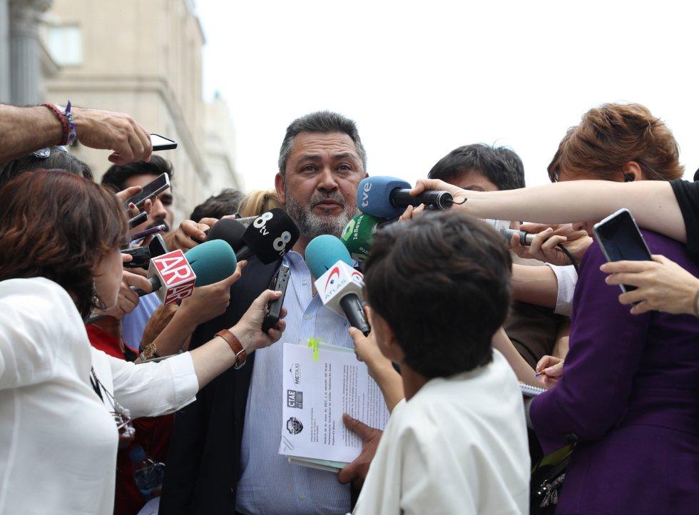 Julio Sanz, presidente de la Federación Profesional del Taxi, contesta a las preguntas de los periodistas tras el encuentro con el líder de Podemos, Pablo Iglesias, a la entrada del Congreso en una jornada en la que los taxistas madrileños mantienen una huelga de doce horas, al igual que en el resto de España, en protesta contra las plataformas Uber y Cabify