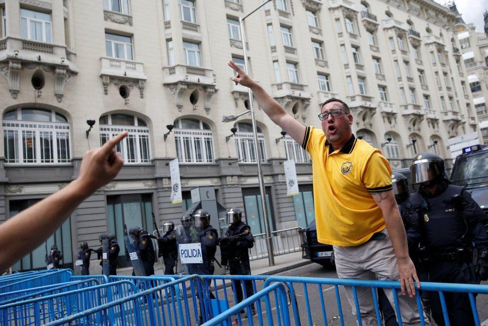 Un taxista junto a los antidisturbios de la manifestación