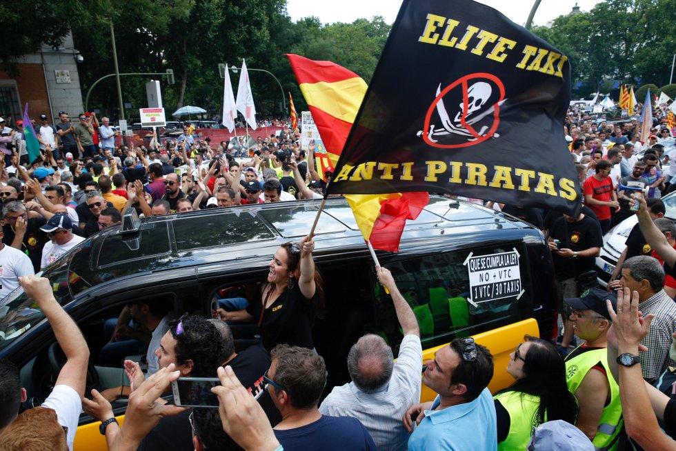 Los taxistas rodean un taxi de Barcelona que también se ha sumado a la protesta